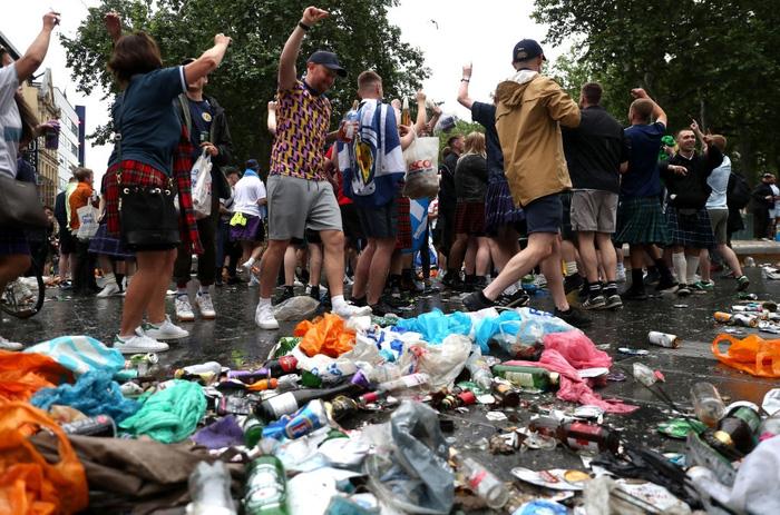 Đại chiến Anh - Scotland: Fan cuồng thiếu ý thức của đội khách tỉ thí với cảnh sát, biến quảng trường ở London thành bãi rác - Ảnh 5.