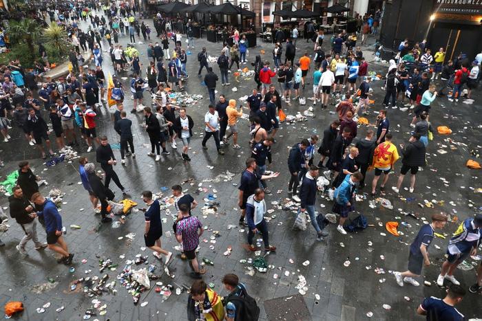 Đại chiến Anh - Scotland: Fan cuồng thiếu ý thức của đội khách tỉ thí với cảnh sát, biến quảng trường ở London thành bãi rác - Ảnh 7.
