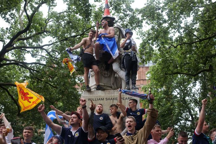 Đại chiến Anh - Scotland: Fan cuồng thiếu ý thức của đội khách tỉ thí với cảnh sát, biến quảng trường ở London thành bãi rác - Ảnh 8.