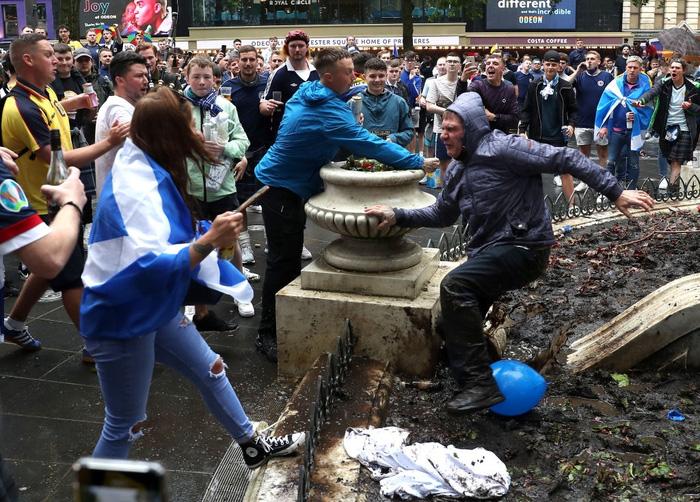 Đại chiến Anh - Scotland: Fan cuồng thiếu ý thức của đội khách tỉ thí với cảnh sát, biến quảng trường ở London thành bãi rác - Ảnh 9.