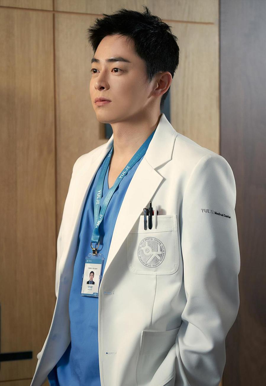 Thánh làm màu ở Hospital Playlist - Jo Jung Suk: Ngôi sao đi lên từ nghèo khó, tự nguyện cắt 7 tỷ tiền cát xê vì lý do không ai ngờ - Ảnh 12.