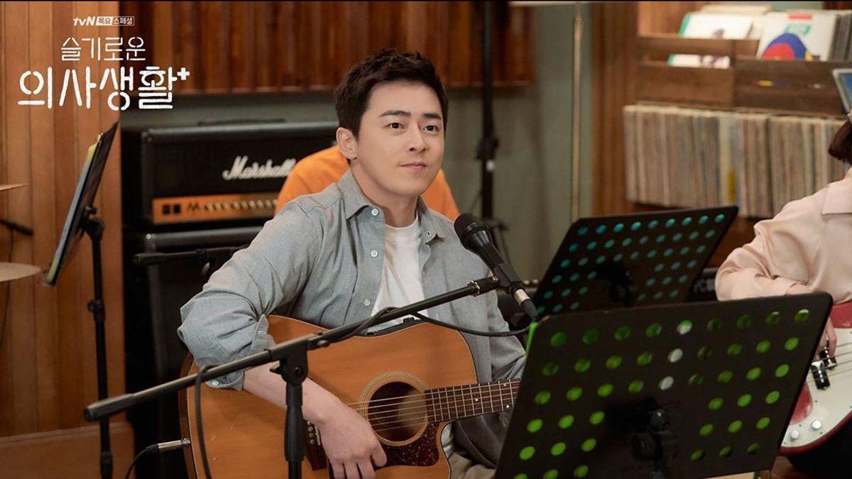 Thánh làm màu ở Hospital Playlist - Jo Jung Suk: Ngôi sao đi lên từ nghèo khó, tự nguyện cắt 7 tỷ tiền cát xê vì lý do không ai ngờ - Ảnh 3.