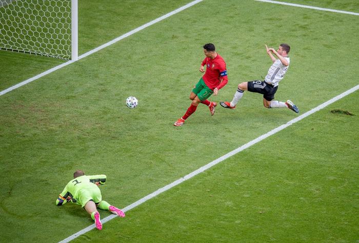 Ronaldo làm xiếc với trái bóng, trêu đùa hai hậu vệ kỳ cựu tuyển Đức nhưng rồi bị cho ăn hành tơi tả - Ảnh 1.