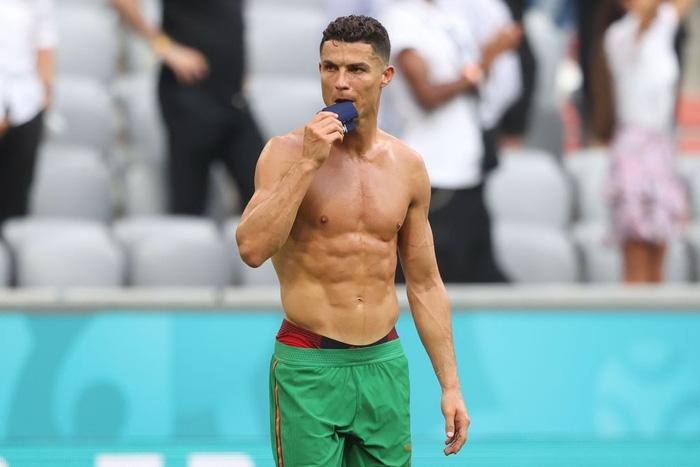 Ronaldo cởi trần khoe body như tượng tạc sau khi đội nhà thua tan tác trước Đức nhưng vậy thì chiếc áo của CR7 đã ở đâu? - Ảnh 2.
