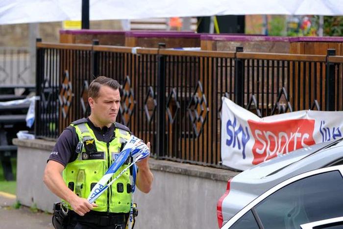 Tuyển Anh nhận kết quả thất vọng, fan tức giận rút súng bắn người, dùng xe tông khiến một phụ nữ có bầu bị thương - Ảnh 3.