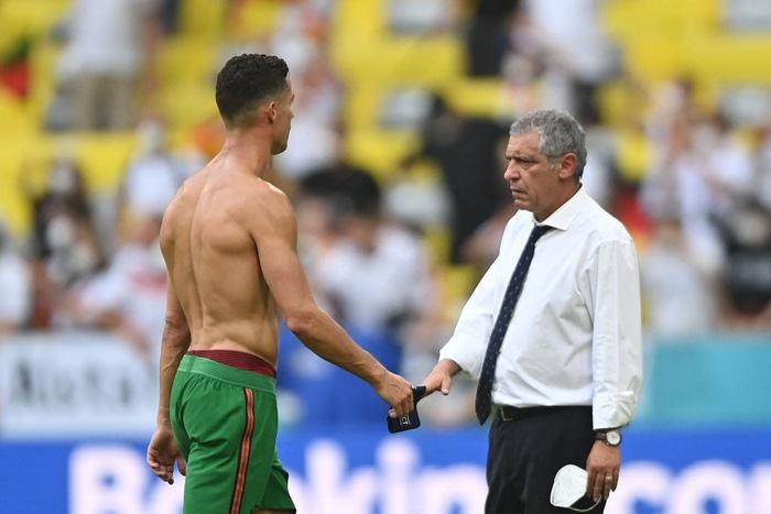 Thất vọng vì thua Đức tan nát, Ronaldo bèn cởi trần khiến dân tình náo loạn: 6 múi sầu riêng đều tăm tắp nhờ nói không với Coca - Ảnh 6.