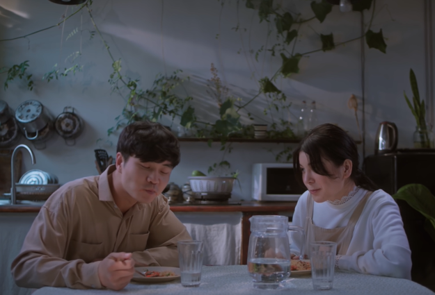 Ngọc Trinh hát Ta Yêu Nhau Đi đầy hạnh phúc, 3 ngày sau Lily Chen cũng ra MV mới Như Chưa Bao Giờ Yêu nghe buồn lắm - ảnh 1