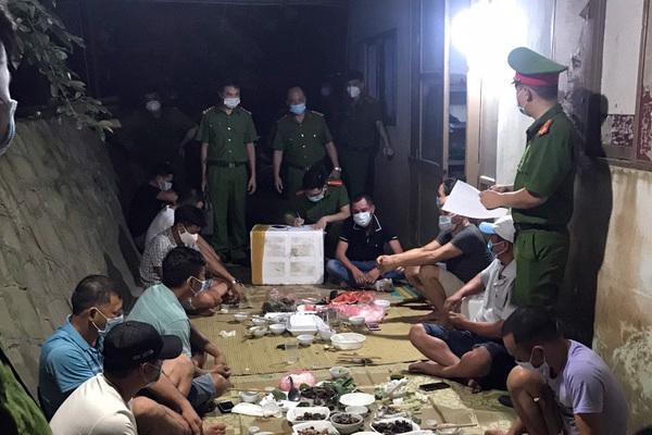 Bắc Giang: 11 người tụ tập ăn uống bị phạt 82,5 triệu đồng - ảnh 1
