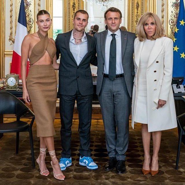 Tranh cãi Justin Bieber diện vest đi sneaker và Hailey hở bạo đến gặp Tổng thống Pháp, lí do hẹn gặp còn gây bức xúc hơn? - ảnh 1