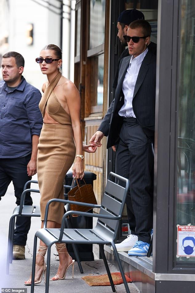 Tranh cãi Justin Bieber diện vest đi sneaker và Hailey hở bạo đến gặp Tổng thống Pháp, lí do hẹn gặp còn gây bức xúc hơn? - ảnh 3