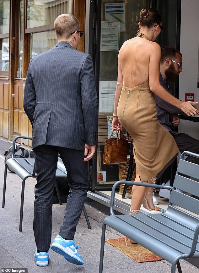 Tranh cãi Justin Bieber diện vest đi sneaker và Hailey hở bạo đến gặp Tổng thống Pháp, lí do hẹn gặp còn gây bức xúc hơn? - ảnh 4