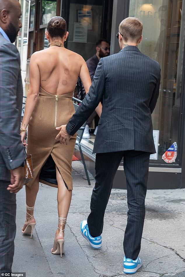 Tranh cãi Justin Bieber diện vest đi sneaker và Hailey hở bạo đến gặp Tổng thống Pháp, lí do hẹn gặp còn gây bức xúc hơn? - ảnh 5