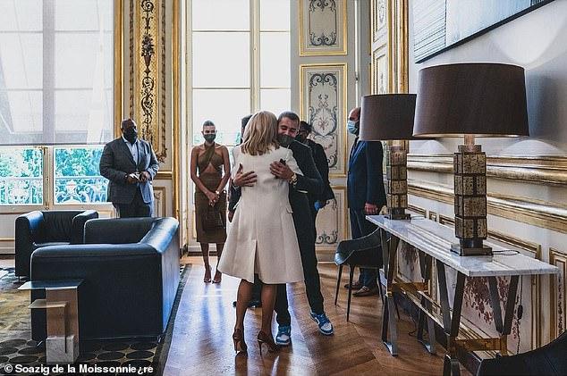 Tranh cãi Justin Bieber diện vest đi sneaker và Hailey hở bạo đến gặp Tổng thống Pháp, lí do hẹn gặp còn gây bức xúc hơn? - ảnh 9