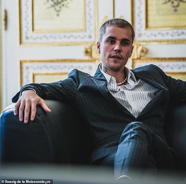 Tranh cãi Justin Bieber diện vest đi sneaker và Hailey hở bạo đến gặp Tổng thống Pháp, lí do hẹn gặp còn gây bức xúc hơn? - ảnh 10
