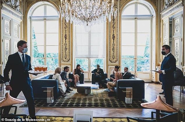 Tranh cãi Justin Bieber diện vest đi sneaker và Hailey hở bạo đến gặp Tổng thống Pháp, lí do hẹn gặp còn gây bức xúc hơn? - ảnh 11