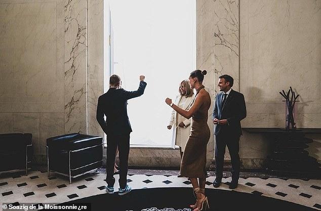 Tranh cãi Justin Bieber diện vest đi sneaker và Hailey hở bạo đến gặp Tổng thống Pháp, lí do hẹn gặp còn gây bức xúc hơn? - ảnh 12