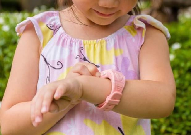 Bé gái 4 tuổi phải ghép da sau khi bị bỏng nặng cấp độ 3 ở mu bàn tay vì chiếc đồng hồ thông minh bỗng dưng bốc cháy dữ dội - ảnh 3