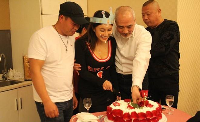 Tài tử Thiên Long Bát Bộ 3 đời vợ, bị chê cười vì cặp kè hot girl nóng bỏng kém 45 tuổi giờ sống ra sao? - ảnh 10