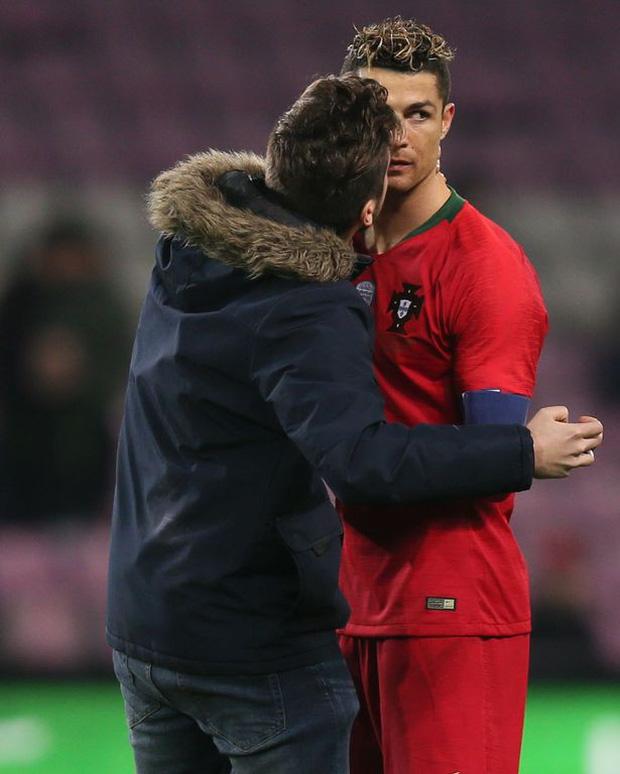 Đánh liều lẻn vào sân, fan cuồng được Ronaldo nựng má cưng xỉu: Biểu cảm của chàng trai chứng minh CR7 vĩ đại thế nào - ảnh 7