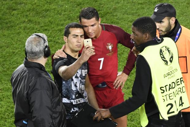 Đánh liều lẻn vào sân, fan cuồng được Ronaldo nựng má cưng xỉu: Biểu cảm của chàng trai chứng minh CR7 vĩ đại thế nào - ảnh 8