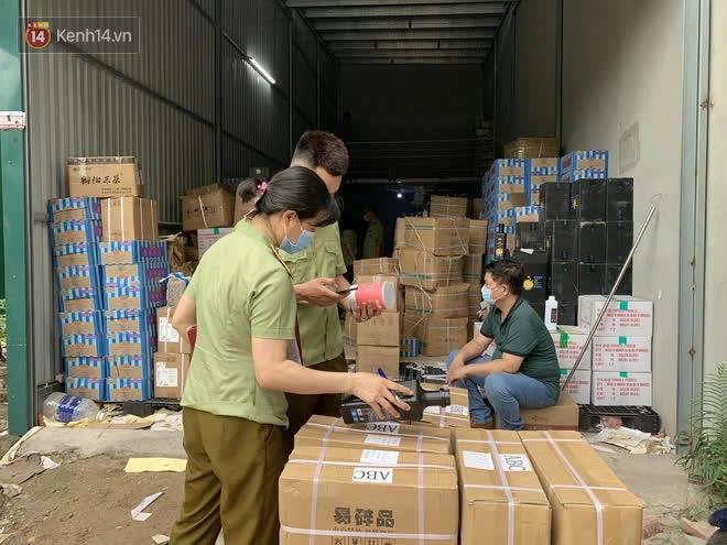 Đột kích cửa hàng ở phố cổ Hà Nội, thu giữ hàng nghìn chai nước hoa Gucci, Dolce & Gabbana, Good Girl... không rõ nguồn gốc - ảnh 4