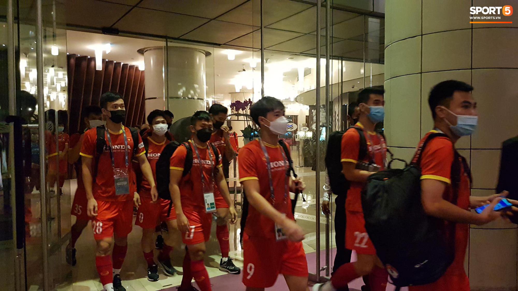 Tuyển Việt Nam lên chuyến bay lúc nửa đêm để về nước sau khi giành được chiến tích lịch sử tại vòng loại World Cup - Ảnh 26.
