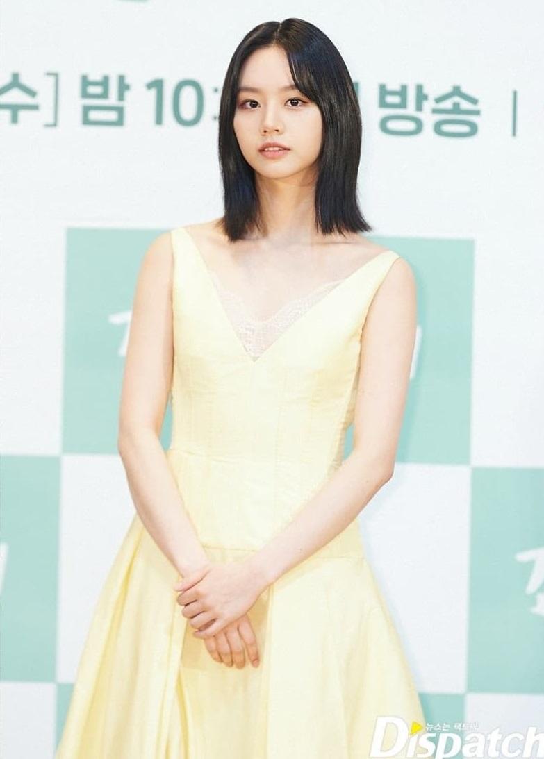 Mợ chảnh Jeon Ji Hyun - Hyeri đụng hàng: Bên lấp ló vòng 1, bên lại ngây thơ e ấp, style nào ăn điểm hơn? - Ảnh 1.