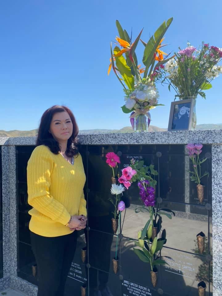 6 tháng sau cố NS Chí Tài qua đời, ca sĩ Phương Loan đến thăm mộ chồng và  tâm sự 1 điều khiến ai cũng xót xa