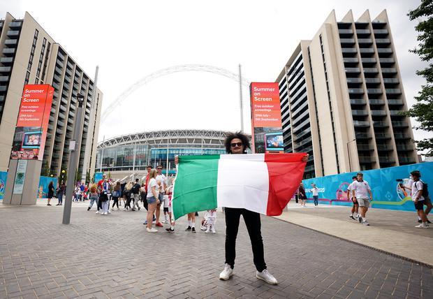Fan hâm mộ quẩy banh nóc trước thềm trận chung kết Euro, không khí lễ hội tràn ngập trên khắp các con phố - Ảnh 23.