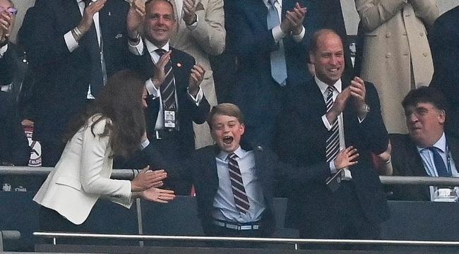 Khoảnh khắc thẫn thờ của Hoàng tử bé George khi nhìn tuyển Anh thua cuộc gây bão, William có ngay hành động nhỏ mà lịm tim với con trai - Ảnh 6.