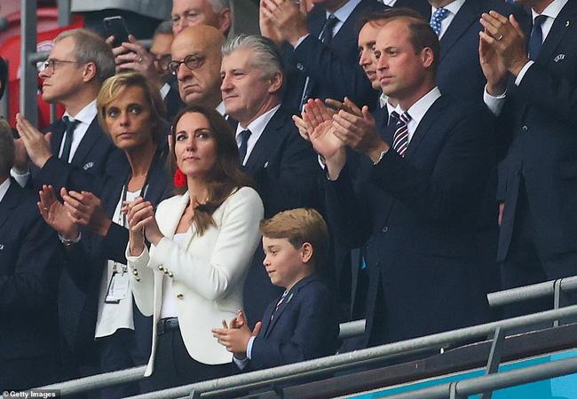 Khoảnh khắc thẫn thờ của Hoàng tử bé George khi nhìn tuyển Anh thua cuộc gây bão, William có ngay hành động nhỏ mà lịm tim với con trai - Ảnh 1.