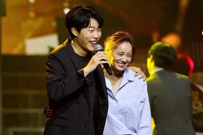 3 cặp đôi phim Hàn dính nghi án yêu đương vì quá tình ở hậu trường: Nevertheless chưa bằng Song Joong Ki và bạn gái mới - Ảnh 6.