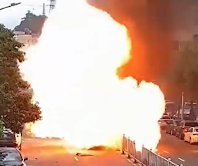 Clip: Xe ô tô bốc cháy ngùn ngụt giữa phố, người dân kéo nhau ra dập lửa thì bất ngờ nổ tung như trong phim hành động - Ảnh 4.