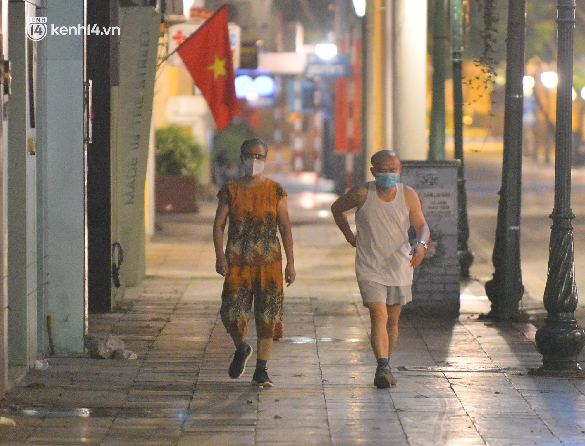 Hà Nội: Người dân né chốt, nửa đêm đến hồ Gươm tập thể dục dù công an canh gác xuyên đêm - Ảnh 2.
