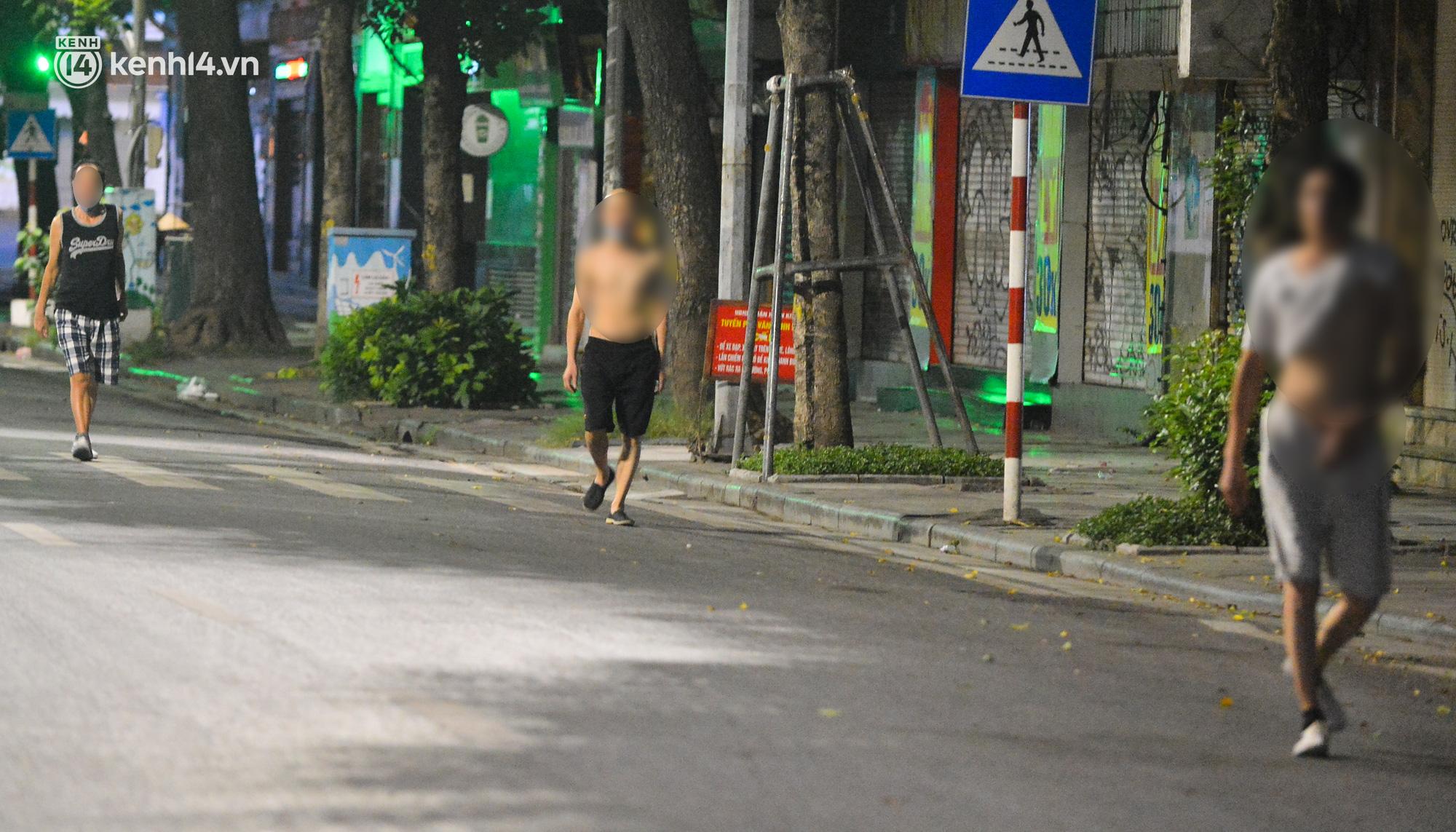 Hà Nội: Người dân né chốt, nửa đêm đến hồ Gươm tập thể dục dù công an canh gác xuyên đêm - Ảnh 14.