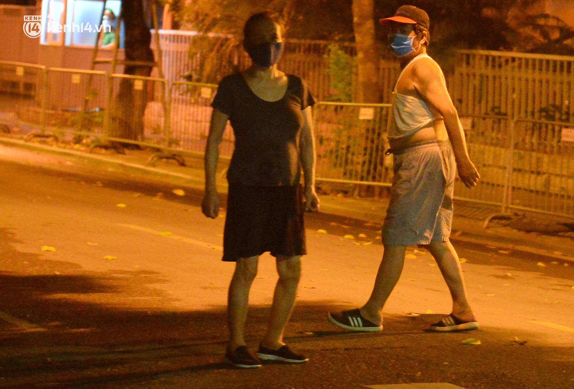 Hà Nội: Người dân né chốt, nửa đêm đến hồ Gươm tập thể dục dù công an canh gác xuyên đêm - Ảnh 6.