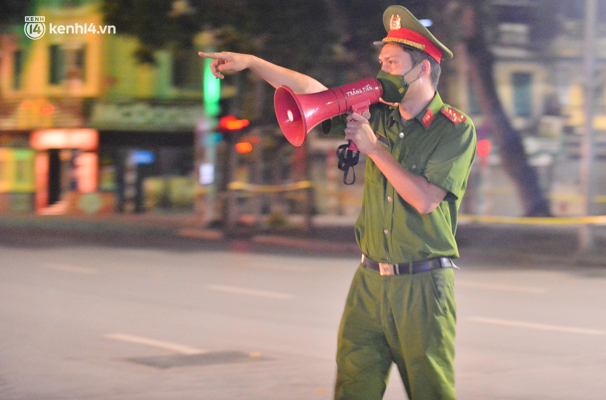 Hà Nội: Người dân né chốt, nửa đêm đến hồ Gươm tập thể dục dù công an canh gác xuyên đêm - Ảnh 5.