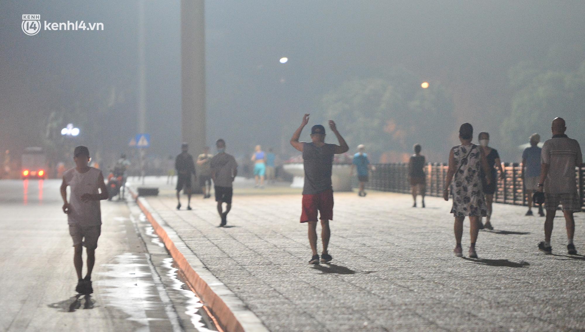 Hà Nội: Người dân né chốt, nửa đêm đến hồ Gươm tập thể dục dù công an canh gác xuyên đêm - Ảnh 17.