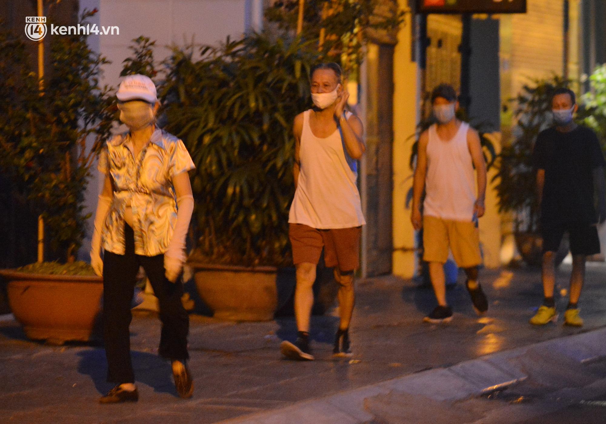 Hà Nội: Người dân né chốt, nửa đêm đến hồ Gươm tập thể dục dù công an canh gác xuyên đêm - Ảnh 21.