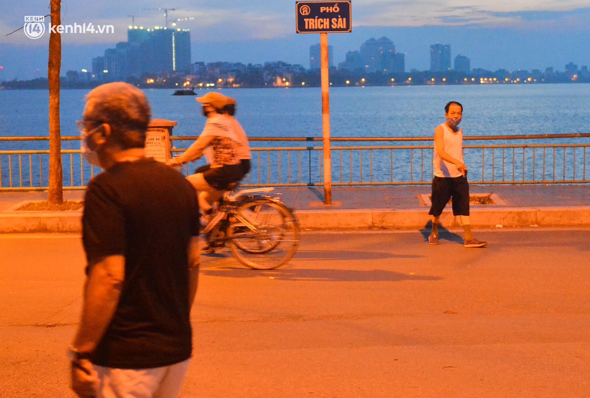Hà Nội: Người dân né chốt, nửa đêm đến hồ Gươm tập thể dục dù công an canh gác xuyên đêm - Ảnh 19.