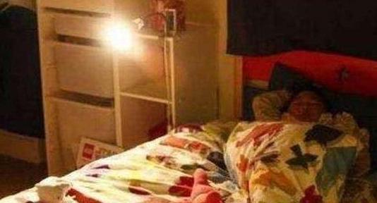 Con gái than giường chật, nói có người đè mình khi ngủ, ai cũng không tin, sự thật sau đó khiến bà mẹ hối hận - ảnh 1