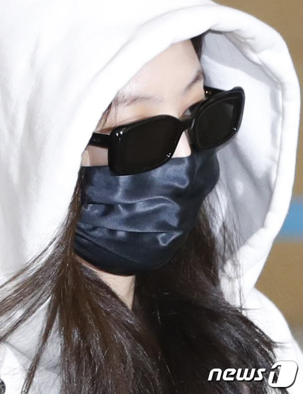 Jennie biến sân bay Hàn thành sàn catwalk, ai dè 5 phút sau phải ôm đầu sợ hãi, chạy trốn vì bị quây trong đám đông hỗn loạn - ảnh 8