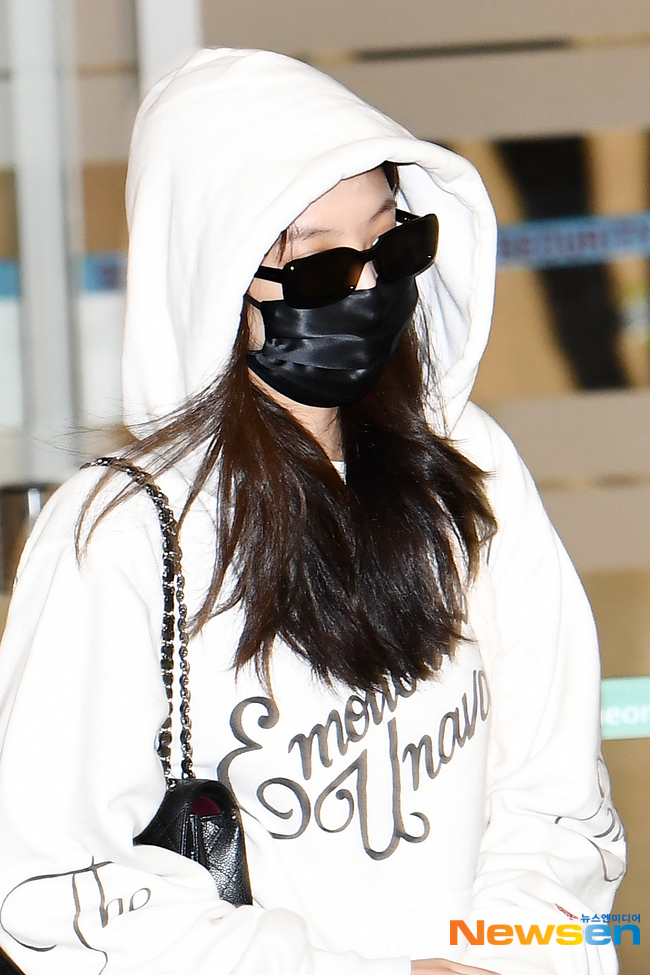 Jennie biến sân bay Hàn thành sàn catwalk, ai dè 5 phút sau phải ôm đầu sợ hãi, chạy trốn vì bị quây trong đám đông hỗn loạn - ảnh 7