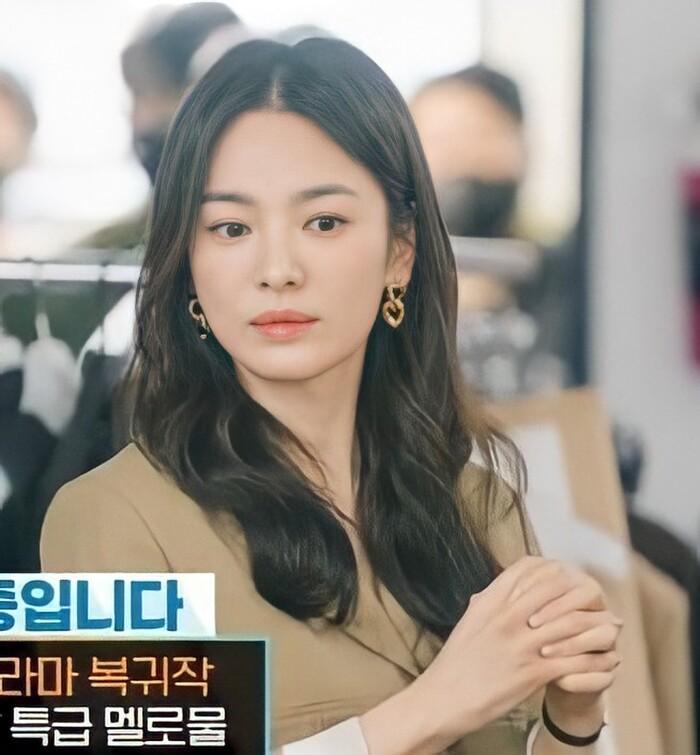Song Hye Kyo tái hợp đạo diễn Hậu Duệ Mặt Trời, liên tục nhận 3 phim, comeback cực mạnh luôn? - Ảnh 6.