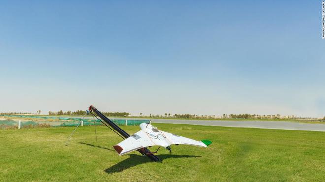 Giải quyết vấn nạn thiếu nước, các nhà khoa học UAE dùng drone phóng điện vào mây, gây ra mưa rào nhân tạo - ảnh 2