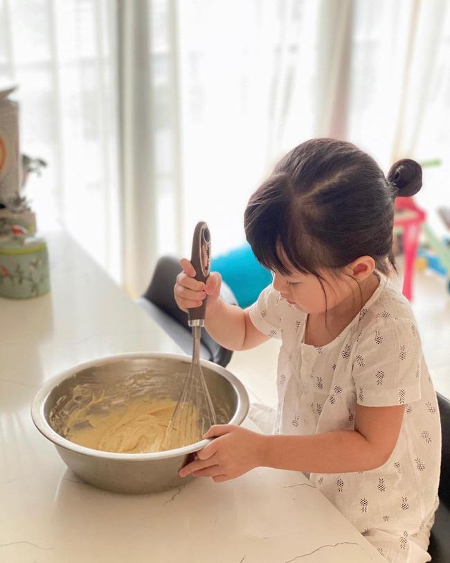 Ái nữ chỉ mới 3 tuổi nhà Đặng Thu Thảo tự tay làm bánh, nhìn thành quả cực xịn xò khiến mẹ mát lòng mát dạ - ảnh 1