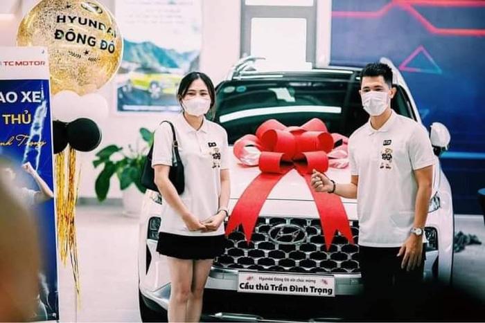 Đình Trọng cùng bạn gái tậu xế hộp gần 1,5 tỷ đồng - Ảnh 3.