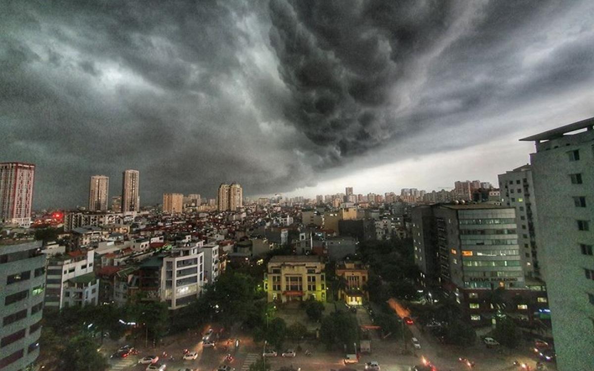 Áp thấp nhiệt đới áp sát Quảng Ninh, Hà Nội có mưa to, đề phòng lốc, sét và gió giật mạnh