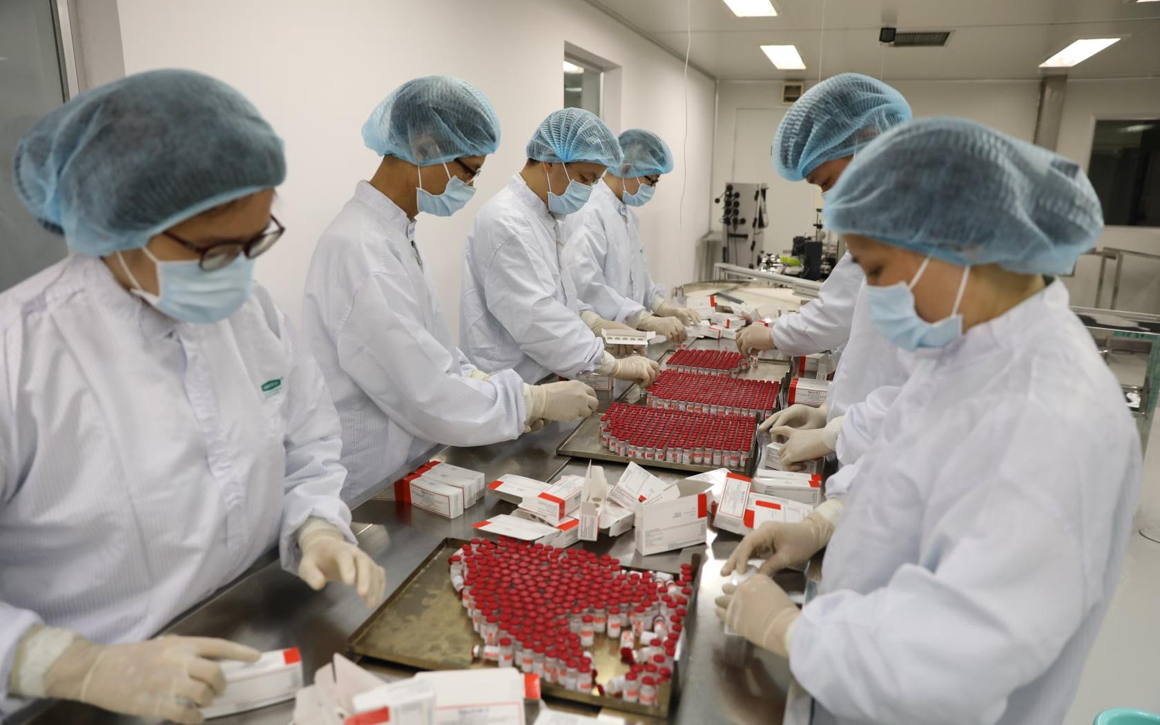 Ảnh: Cận cảnh quy trình gia công, đóng ống vaccine Sputnik V tại Việt Nam