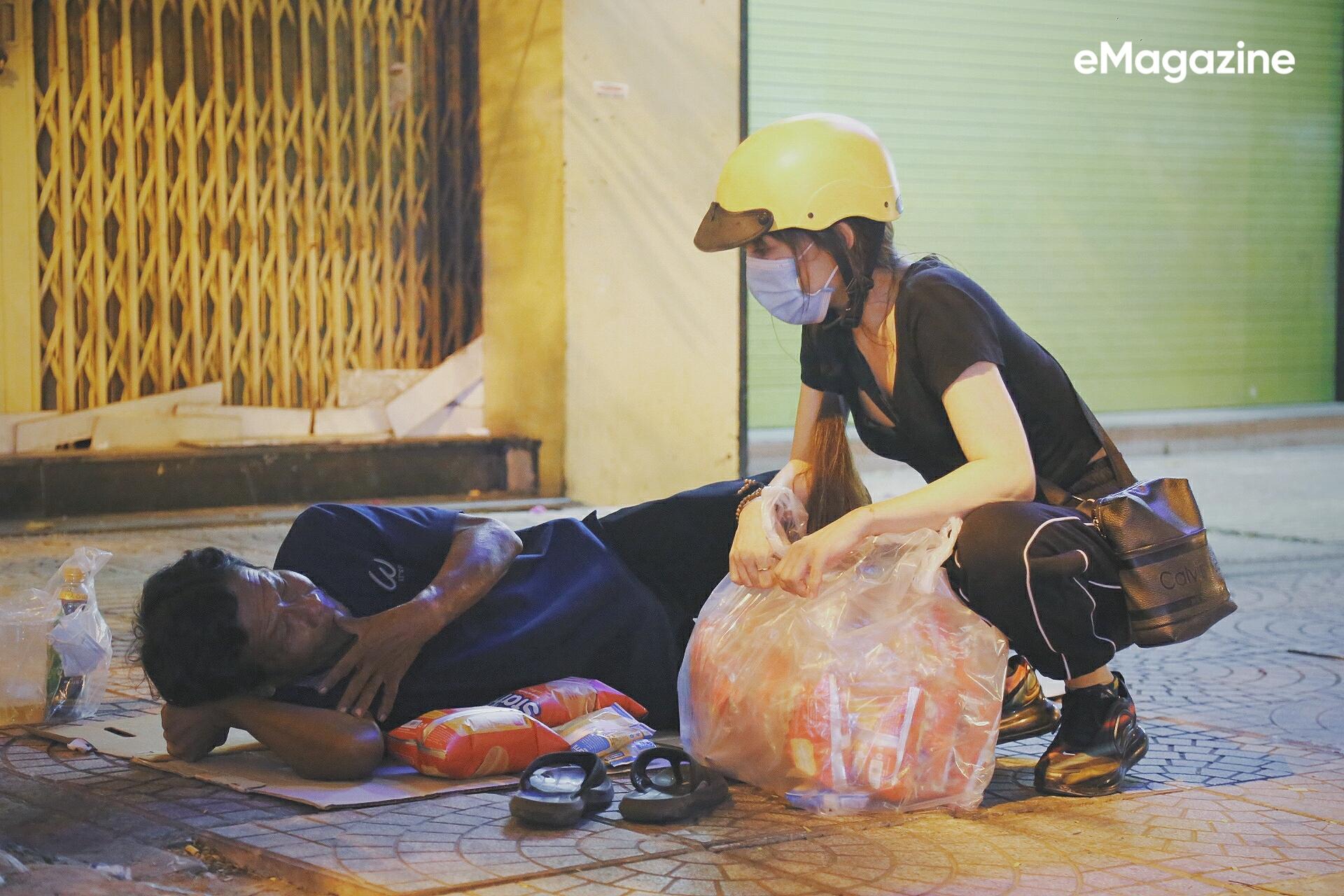 Từ những đôi mắt rớm đỏ ở Sài Gòn: Mọi người rủ nhau làm từ thiện, sẽ không có ai bị bỏ lại đằng sau - Ảnh 12.
